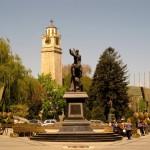 Arkada eski komünist yıldızı yerine dikilen haç ve saat kulesi