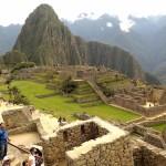 Karşıda gördüğünüz tepe Huayna Picchu.  Orada gördüğümüz insanlar karınca büyüklüğündeydi.
