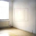 Duvarda yamuk gördüğünüz bir kare, kare şeklinde göürdüğünüz çizgi ise duvara çizilmiş bir yamuk